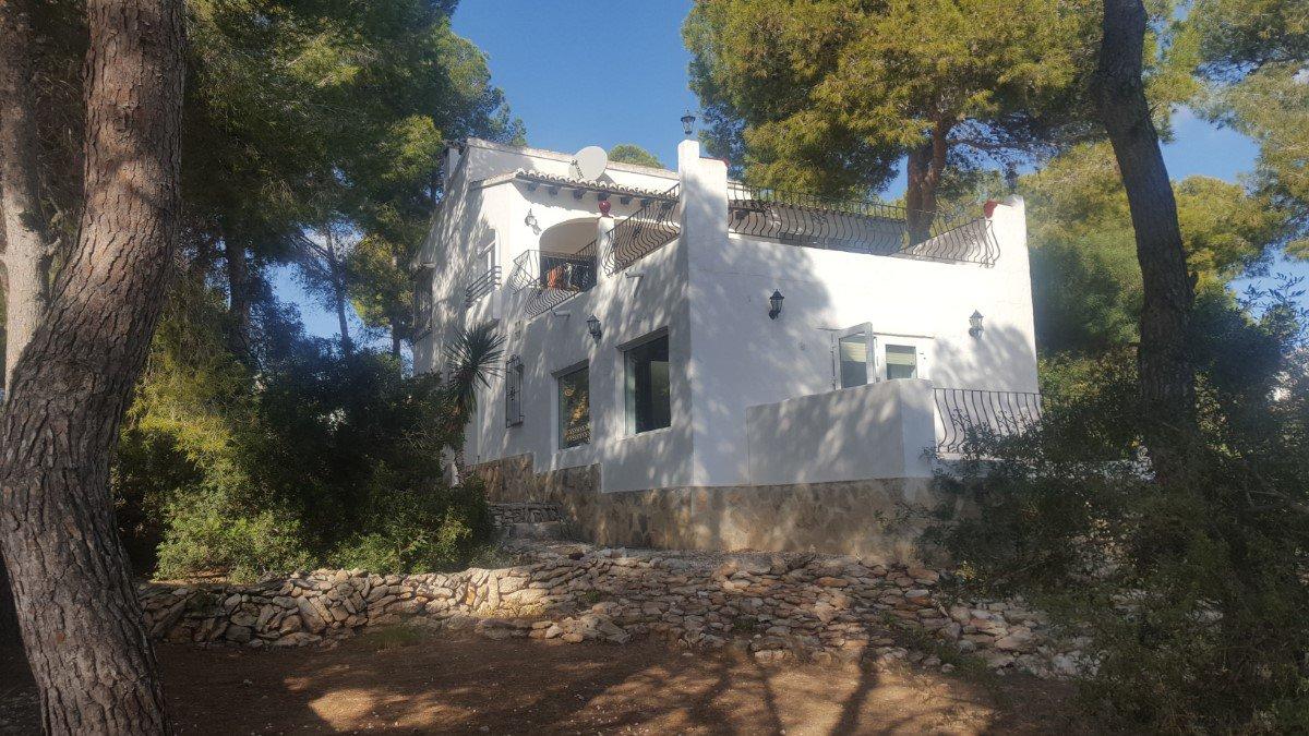 Villa op ruime kavel in Moraira te koop met zeezicht | 2 kilometer van dorp / strand |