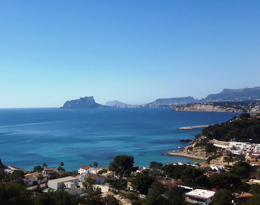 Mooie villa om te renoveren te koop aan het strand van El Portet Moraira