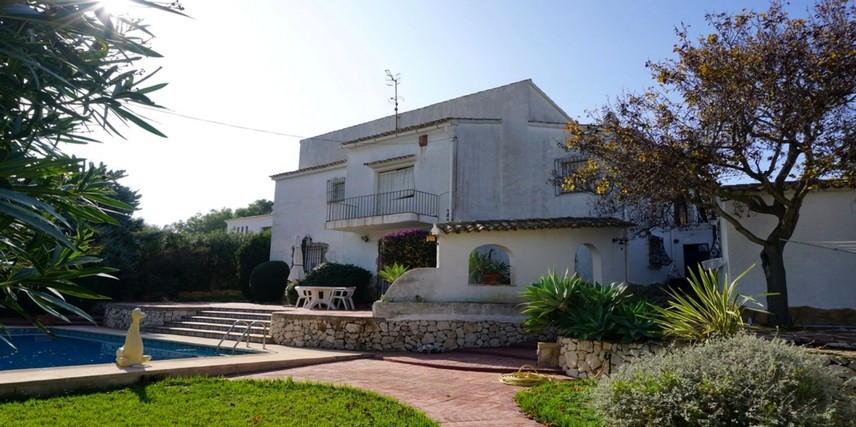 Pla del Mar Moraira grote vlakke kavel met mediterraanse villa met potentie